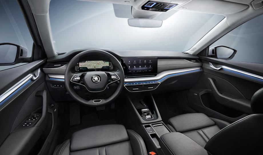 В обновлённом интерьере размещено рулевое колесо с двумя спицами, при желании заказчика оснащаемое подогревом, кнопочным набором и колесиками прокрутки, отвечающими за управление 14 функциями.